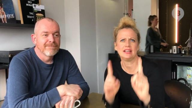 Barbara Schöneberger erklärt einen Podcast